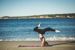 Ganz so akrobatisch geht es in unserem Business Yoga nicht zu